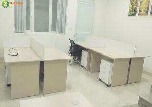 Kết hợp bàn làm việc và hộc tủ di động để tối ưu hóa không gian văn phòng